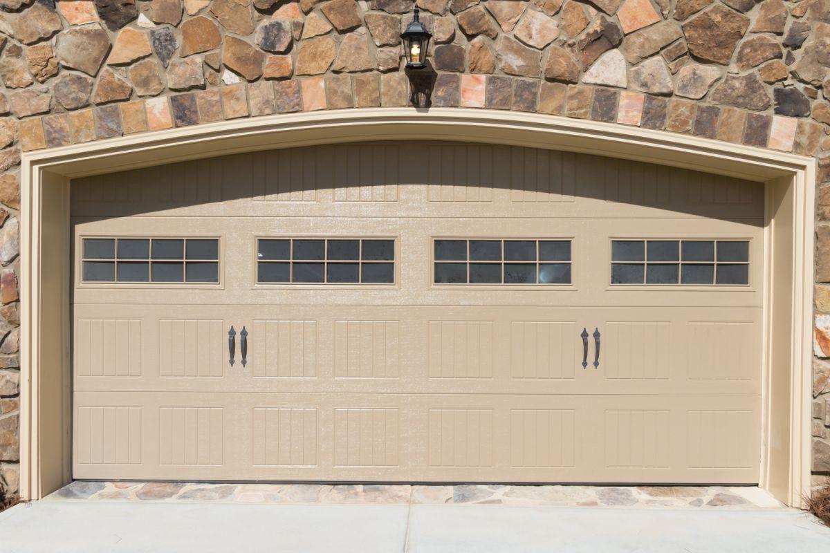 Jak dopasować bramy garażowe z drzwiami do stylu domu