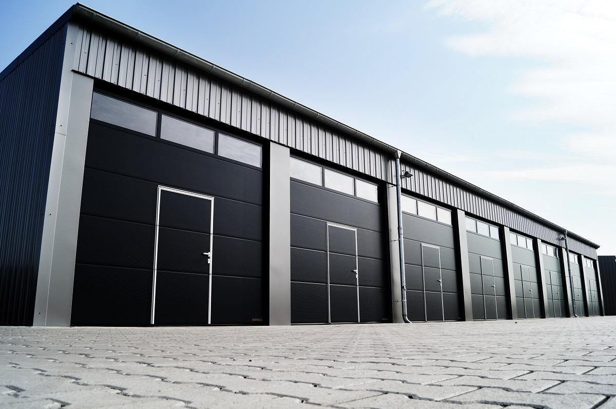 Bramy garażowe metalowe oraz inne rodzaje – przewodnik. Część druga